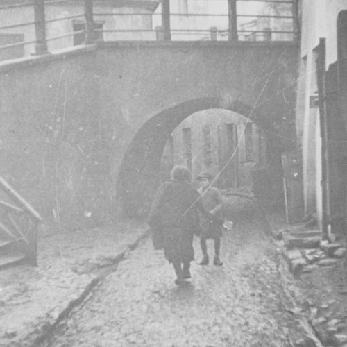 Brama łącząca ulicę Podzamcze z ulicą Szeroką, tzw. Brama Zasrana. Widok od strony ulicy Podzamcze. Fot. Józef Czechowicz. Źródło: Muzeum Lubelskie