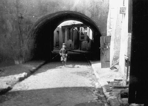 Brama łącząca ulicę Podzamcze z ulicą Szeroką, tzw. Brama Zasrana. Widok od strony ulicy Podzamcze. Fot. Stanisław Magierski