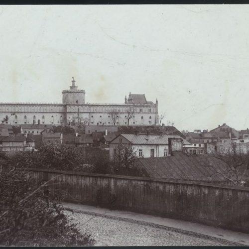 Widok na Zamek z ulicy Podwale. Fotograf nieznany.