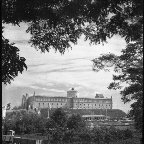 Okolice Zamku z widocznymi pawilonami wystawowymi Centralnej Wystawy Rolniczej, 1954 rok. Fot. Edward Hartwig