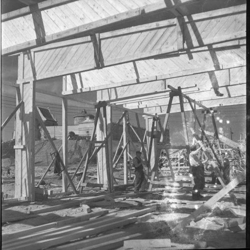 Budowa pawilonów wystawowych Centralnej Wystawy Rolniczej, 1954 rok. Fot. Edward Hartwig