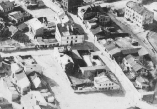 Fragment zdjęcia lotniczego z widocznym placem Krawieckim i ulicą Jateczną