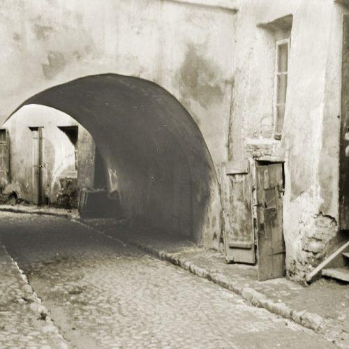 Brama łącząca ulicę Podzamcze z ulicą Szeroką, tzw. Brama Zasrana. Fot. Stanisław Magierski