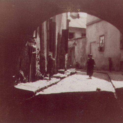 Brama łącząca ulicę Podzamcze z ulicą Szeroką, tzw. Brama Zasrana. Fotograf nieznany