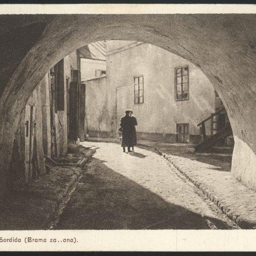 Brama łącząca ulicę Podzamcze z ulicą Szeroką, tzw. Brama Zasrana. Fot. Jan Bułhak