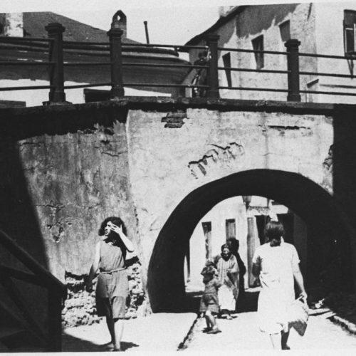 Brama łącząca ulicę Podzamcze z ulicą Szeroką, tzw. Brama Zasrana. Fot. Henryk Poddębski