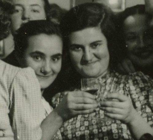 Kadr z jedynego wspólnego zdjęcia Rajzli Rubinfajer (po lewej) i Marii Rechtszaft. fot. z archiwum Danuty Riabinin