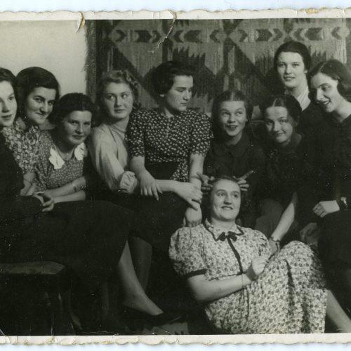 """Zdjęcie ze studniówki """"unitek"""" w 1939 roku. Maria Rechtszaft druga od lewej. Fot. z archiwum Danuty Riabinin"""