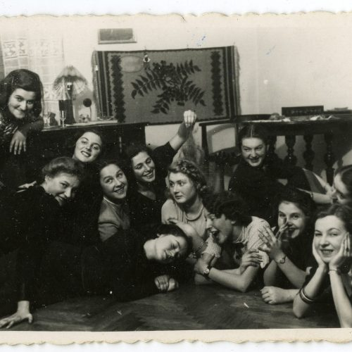 """ówki """"unitek"""" w 1939 roku. Maria Rechtszaft pierwsza od lewej. Fot. z archiwum Danuty Riabinin"""
