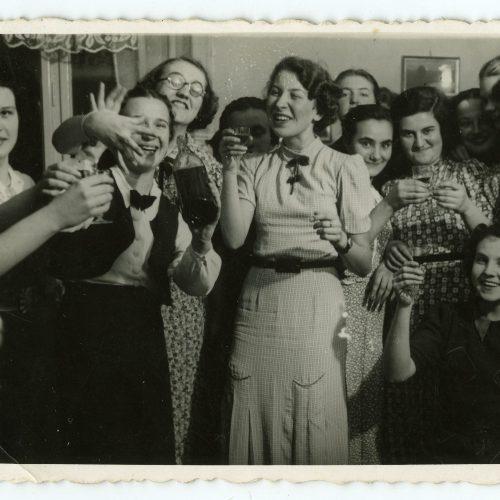 """ówki """"unitek"""" w 1939 roku. Maria Rechtszaft po prawej stronie zdjęcia. Fot. z archiwum Danuty Riabinin"""