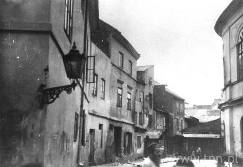 Dos Szulgesl, czyli Uliczka Synagogalna, po prawej stronie fragment kompleksu synagogalnego, ze zbiorów YIVO Institute for Jewish Research
