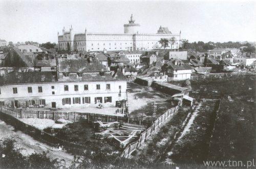Panorama Podzamcza wykonana z Choneplac, czyli Placu po Farze. Na pierwszym planie dos Jidisze Klojster – kościół św. Wojciecha, a dalej zabudowania Krawieckiej, ze zbiorów Muzeum Historii Miasta Lublina
