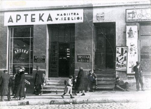 Nowa 23 i apteka Szeligi po przenosinach, fot.Stefan Kiełsznia, ze zbiorów Jerzego Kiełszni