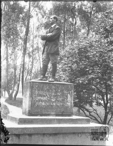 Mężczyzna na pomniku w Ogrodzie Saskim, ze zbiorów OBGTNN