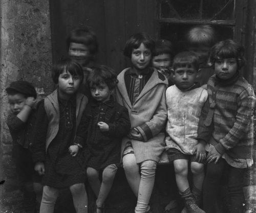 Każde z tych dzieci miało inną bajkę do opowiedzenia, fotografia z kolekcji szklanych negatywów z Rynku 4.
