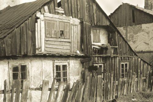 Budynek przy ul. Krawieckiej. Z takich domów pochodziła duża część dzieci uczestniczących w półkoloniach, fot. Stanisław Jacek Magierski (ze zbiorów rodziny Magierskich).