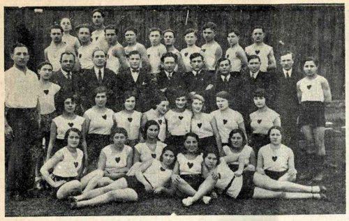 """Rozenwajn (pierwszy od lewej) z grupą dziewcząt i chłopców z klubu Jutrznia-Morgensztern w 1930 r. (""""Kol Lublin"""", 1979)."""