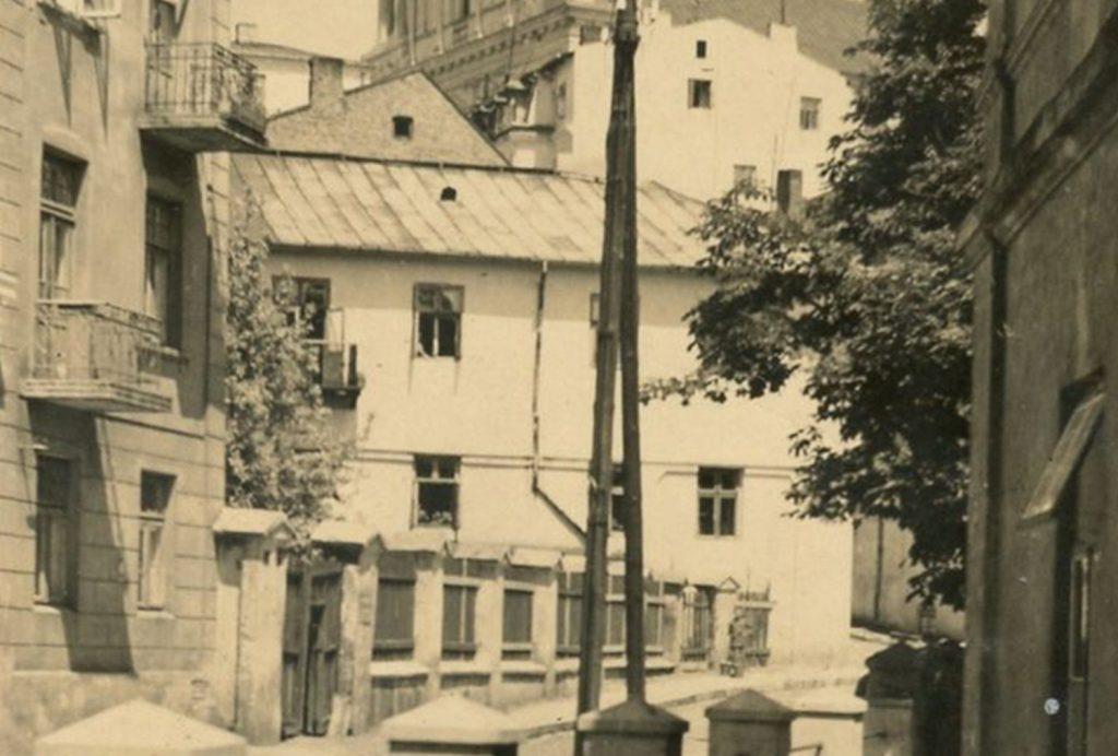Budynek przy ulicy Żmigród 3, lata 30. XX wieku. Fragment zdjęcia Józefa Koziejowskiego.